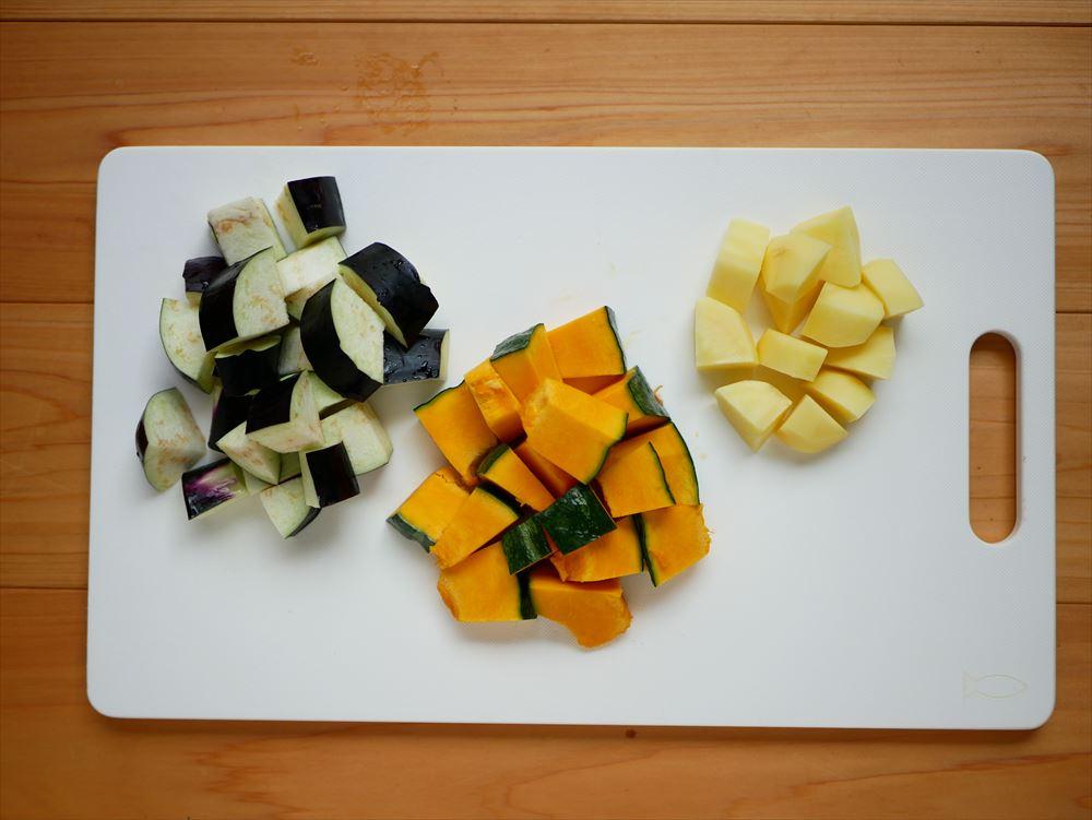 【夏野菜の味噌レシピ】たった30分、身体にやさしい味噌おじや│米は洗っておき、野菜はひと口大に切ります。
