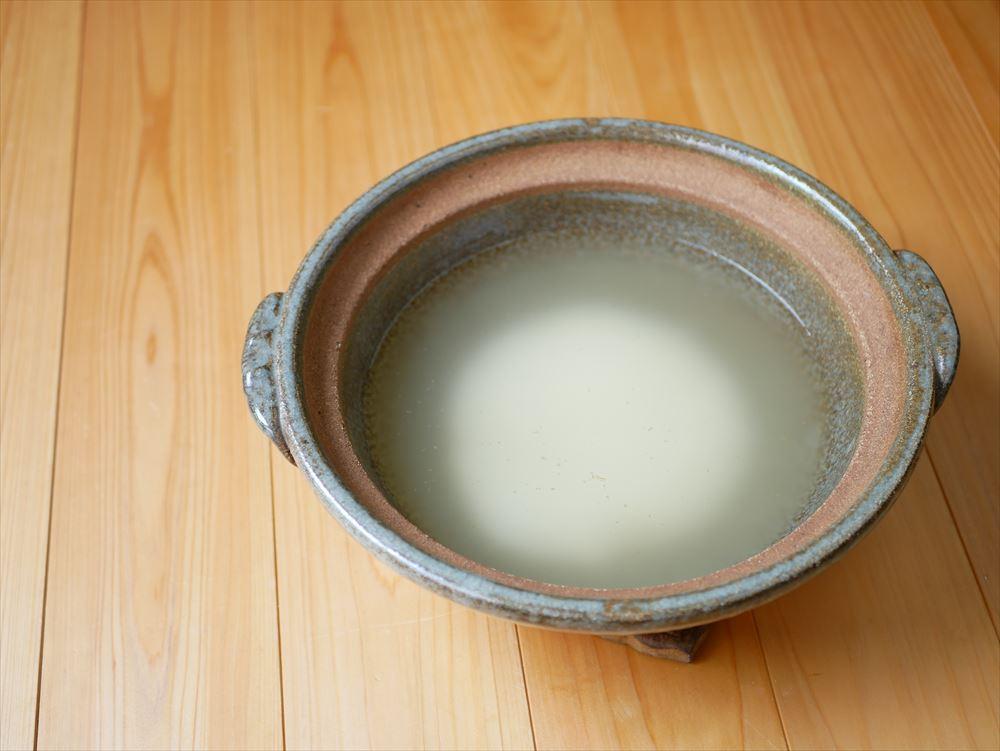【夏野菜の味噌レシピ】たった30分、身体にやさしい味噌おじや│鍋にだし汁と米を入れて火にかけます。
