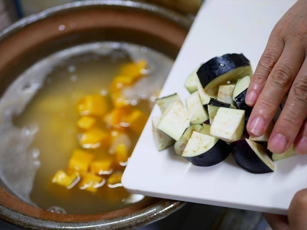 【夏野菜の味噌レシピ】たった30分、身体にやさしい味噌おじや│沸騰したら、じゃがいも、かぼちゃ、なすを入れ、中火で煮ます(約5分)