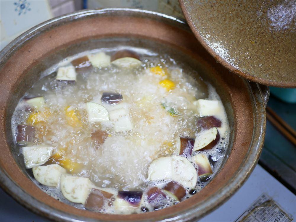 【夏野菜の味噌レシピ】たった30分、身体にやさしい味噌おじや│再び沸騰してきたら鍋にフタをして弱火で煮ます。ときどき軽く混ぜます